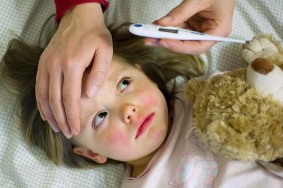как помочь ребенку при высокой температуре