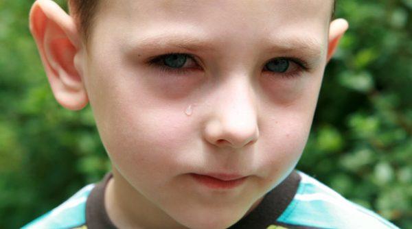 у ребенка температура и болят глаза