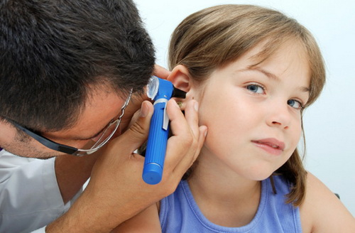 у ребенка болит ухо и температура