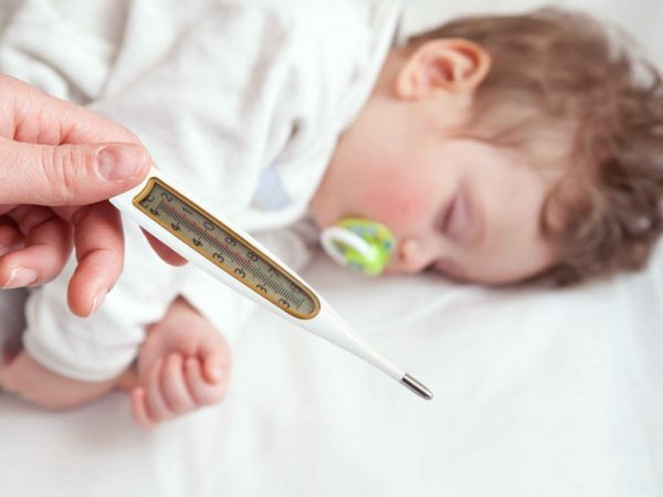 если ребенок спит а у него высокая температура что делать