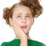 Почему растет температура у ребенка при стоматите