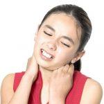 Болит шея у ребенка с температурой: причины и способы лечения