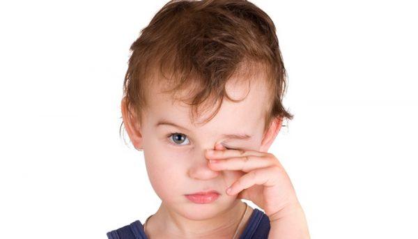 Почему у ребенка слезится один глаз?