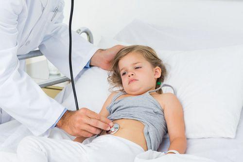У ребенка высокая температура и болит живот